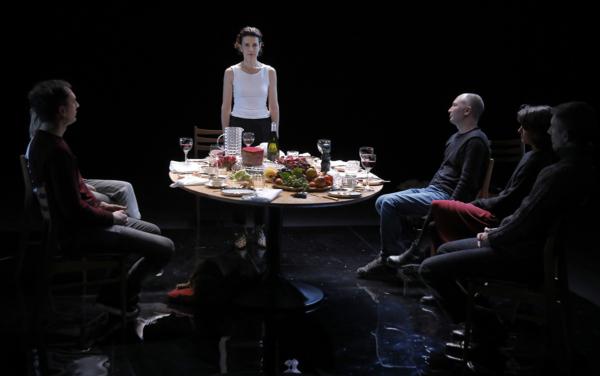 / critique / Constance Dollé se met à table