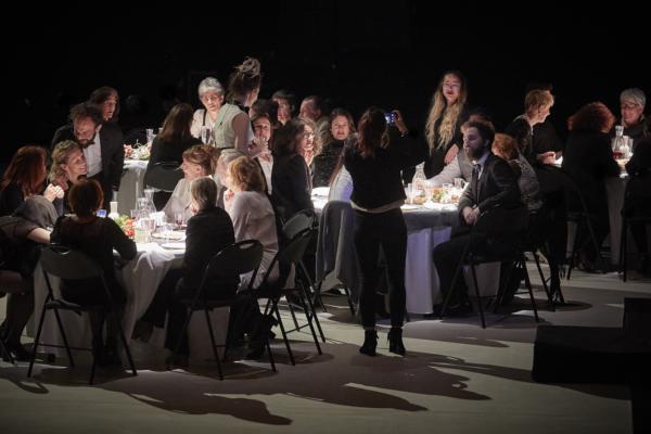 "/ critique / Roland Auzet invite ""Hedda Gabler"" à dîner"