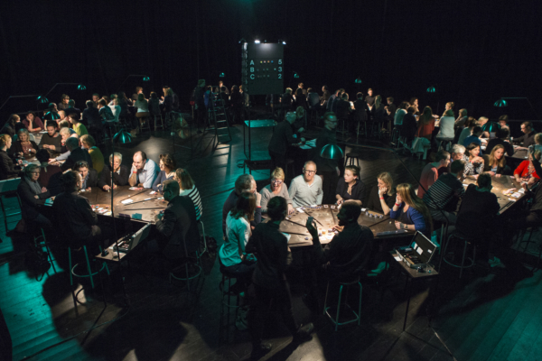 Le collectif Ontroerend Goed met billets sur tables