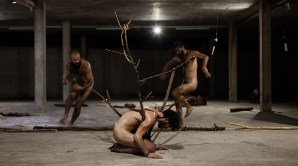 / critique / A Invenção da Maldade : les corps en feu de Marcelo Evelin