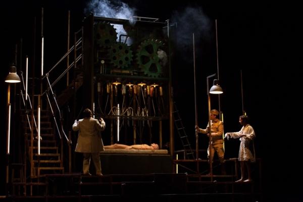/ critique / Kafka à l'opéra : une machine monstre