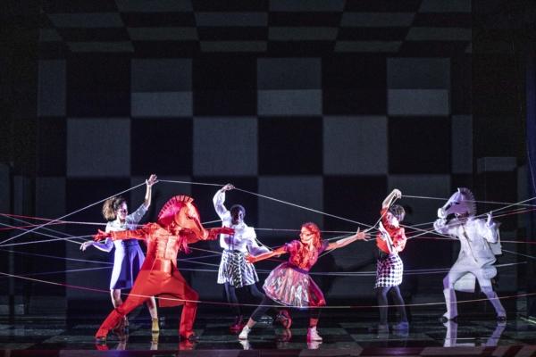 / critique / Alice traverse le miroir : les belles illusions d'Emmanuel Demarcy-Mota