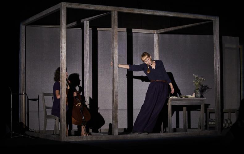 Lola Lafon dans Le Mur Invisible de Marlen Haushofer mise en scène Chloé Dabert au Festival d'Avignon