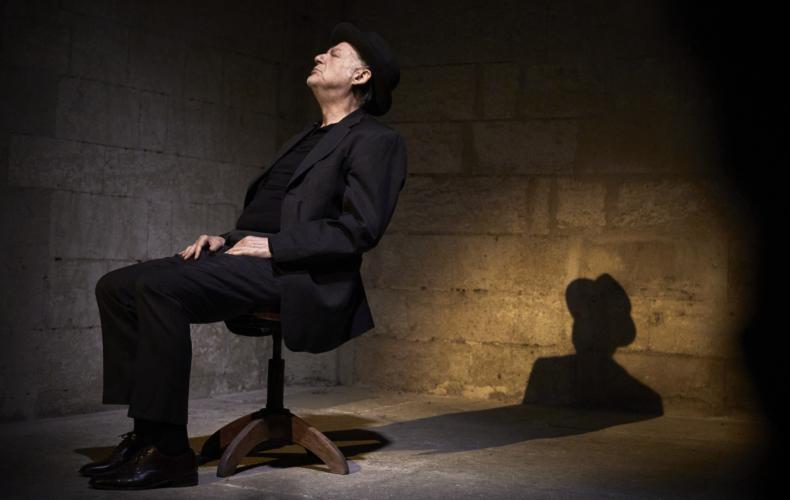 Jean-Quentin Chatelain dans Premier Amour de Beckett au Théâtre des Halles Avignon Off 2021